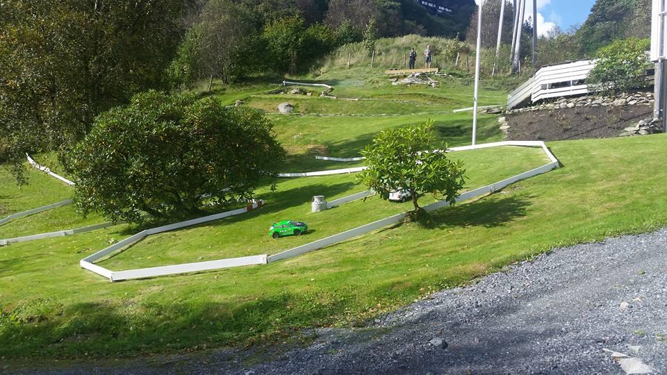 Dag Hilland har laget en idyllisk bane i hagen sin på Kaland