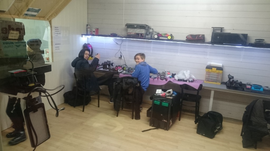 Adrian og Peter gjør sine siste forberedelser før morgendagens race :)